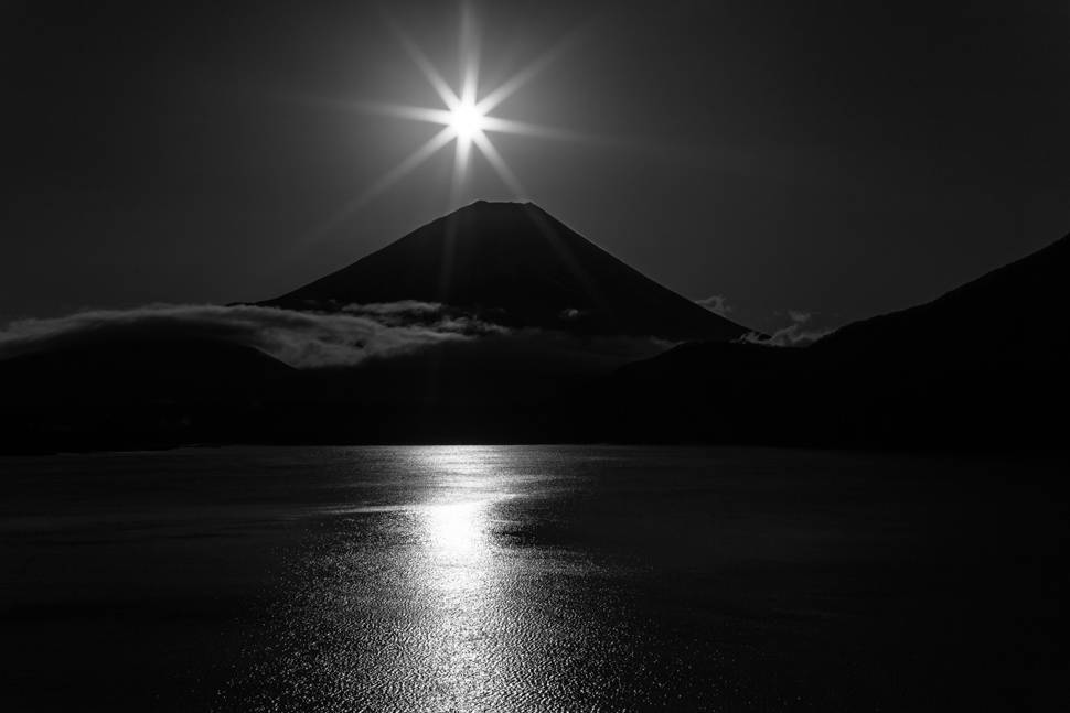 mountain-fuji-monochrome-sun-lake